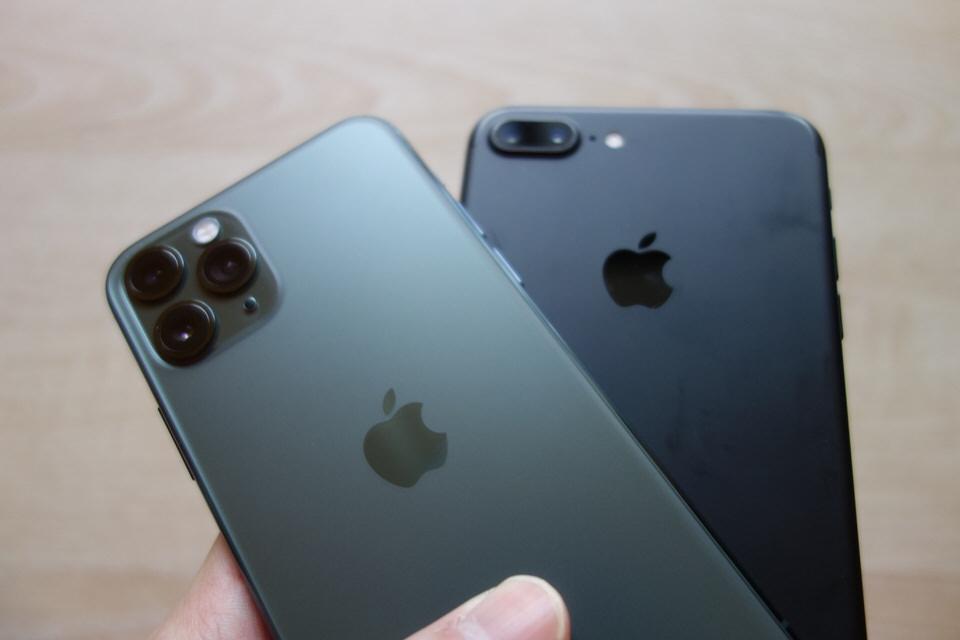 iPhone7のブラックとiPhone11Proのミッドナイトグリーン