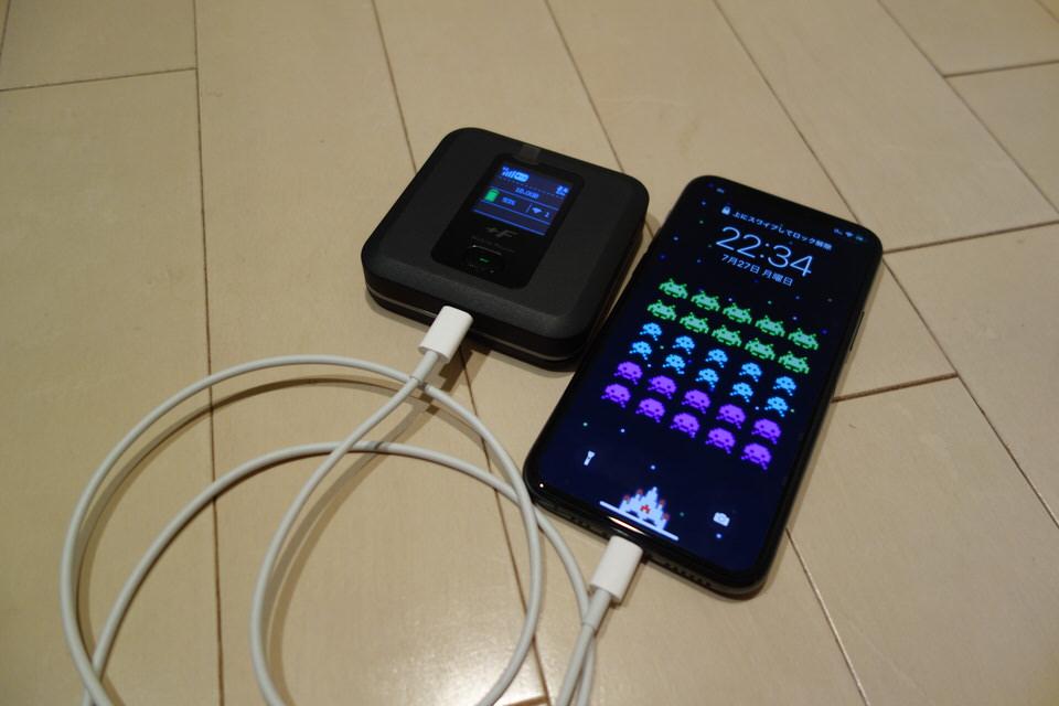 FS040Wはモバイルバッテリーとしてスマホへ給電ができる