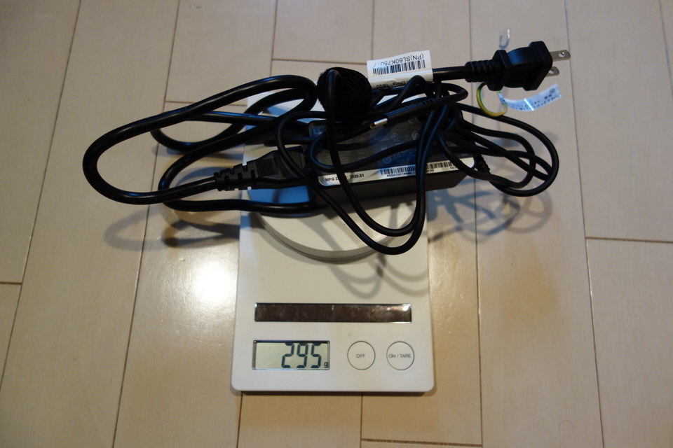IdeaPad Slim 350i Chromebookの電源アダプタは大きくて300g近くある。